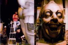 Silvano e Alessandro Avanzini modellano  la caricatura di Dario FO.