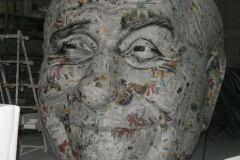 scultura in carta di giornale rinforzata con vetroresina